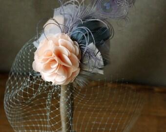 Headpiece Schleier Braut Brautschmuck Fascinator apricot rose pastell grau Federn Pfauenefeder Vintage Hochzeit puder Kopfschmuck bird cage