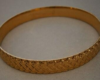 B138) A lovely vintage gold tone signed Saloni textured metal bracelet bangle