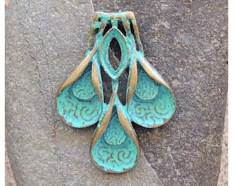 1 pendentif floral laiton patiné vert 41x 54 mm