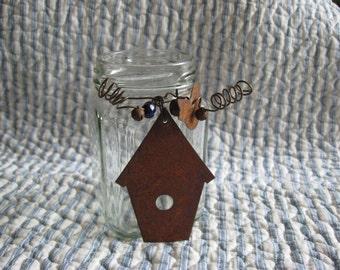 Pot issus de quoi que ce soit pot carré avec Rusty nichoir et oiseaux, perle et cloches en verre Vase Home Decor