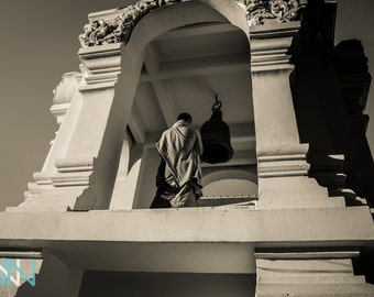 Buddhist Monk Fotograph Wall Art, Asian Decor Print, Buddhist Decor Digitaler Download - Monk im Wat Chedi Luang Temple