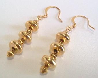 Jaune Boucles d'oreilles or, boucles d'oreilles perles, bijoux en métal doré, tendances minimalistes boucles d'oreilles modernes, bas de Noël cadeau pour elle