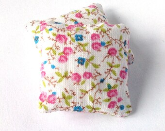 Floral mini pillows 1:12 scale, Dollhouse miniature cushions, set of two floral white throw pillow, romantic dollhouse decor, ma28
