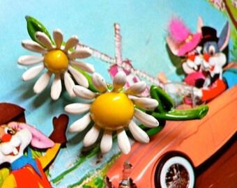 VINTAGE DAISY BROOCH Vibrant Enamel Flowers