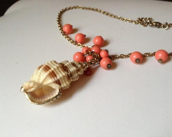 VINTAGE 1970s Genuine Gold Dipped Conch Shell Nautical Coral beaded Pendant Necklace