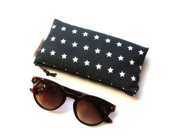 Black and white stars quilted glasses case