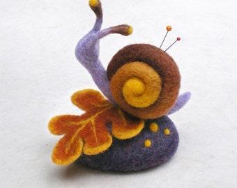Coussinet à épingles décoratif escargot sur une feuille en laine feutrée, cadeau pour une couturière