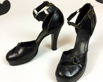 1940s Black Leather Platform Ankle Strap Vampy Pumps / Size 7 / O'Conner & Goldberg / Cut Outs / Chain Link / Dom / 40s / Round Toe /