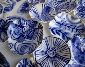 lamellae - Small irregulair undulated handbuilt  Handpainted Porcelain dish