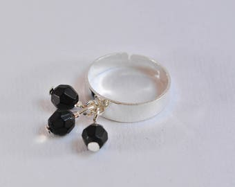 Adjustable ring in silver and black beads