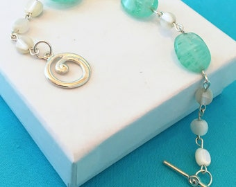 Seafoam Green Bracelet / Seafoam Glass / White Shell Bracelet / White Shell Green Glass Sea Bracelet / Beach Bracelet / Ashbee's Accessories