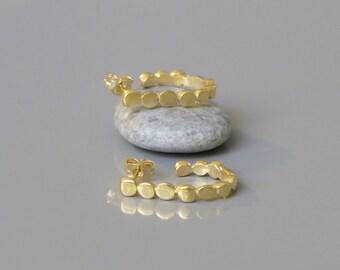 Kiesel Creolen, offene Creolen, 18k vergoldet Ohrringe, Geschenk für sie