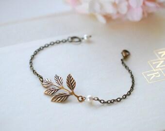 Brass Leaf Bracelet. Antiqued Brass Leaf Branch and Cream Pearl Bracelet. Bridesmaids Bracelet, Vintage Wedding Woodland Wedding Bracelet