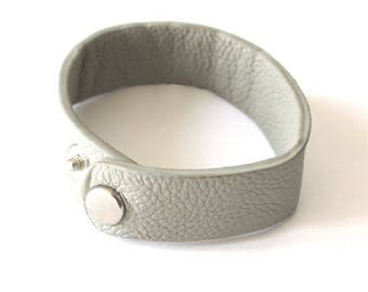 1 bracelet man / woman adjustable snaps to customize light gray faux leather mouse
