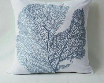 Blanc et bleu coussin côtière. Housse de coussin décoratifs fan de corail. Broderie de porcelaine bleu sur le coussin blanc plage décor 18 pouces 40 % de réduction