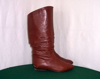 Sz 8 Women Vintage Brown Leather 1980s Italian made Bandolino flat pleated pirate slouch boots.