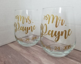 Mr and Mrs Wedding/Honeymoon Cocktail Glass Set, Personalized His and Hers Wine Glasses, Bride and Groom Wine Glasses, Wedding Couple Gift
