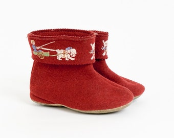 """VintageToddler Shoes / Childs Pull Up Ankle Bootie Slippers 5.75"""" Soles / Dog Pulling Wagon Graphics Red Felt Scandinavian Norwegian Style"""