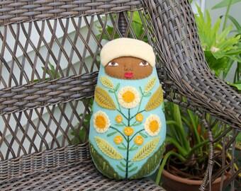 Poupée en laine bébé fleur Folk Art emmailloté