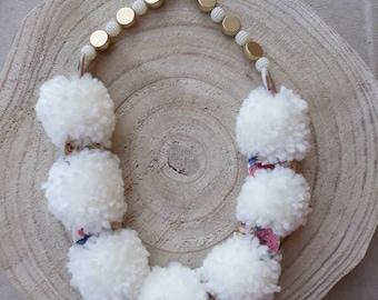 Elurra necklace. Pom-pom. White. Flowers. Porcelain.