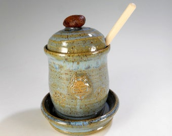 Ceramic honey dipper pot, stoneware pottery honey jar set with lid, saucer and wood stick, honeypot with bee