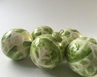 Boule en céramique ornement: Brussel sprout design peinte et émaillée en céramique, décoration de Noël, cadeau Unique