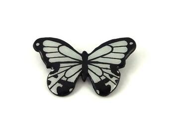 """Broche petit papillon noir et blanc, broche fantaisie papillon """"papilio dardanus"""", broche éco-responsable en plastique peint (CD recyclé)"""