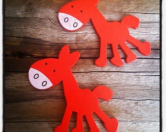 set of 2 horses wooden red 50mm x 25mm