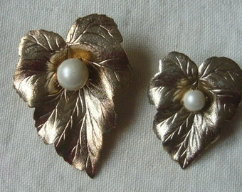 Vintage Sarah Cov Golden Chit Chat  1960s pin Brooches