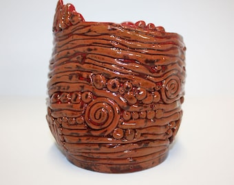 Beautiful brown and red earthenware hand coiled vase with clear gloss glaze / Belle vase en terre cuite marron et rouge en spirale.