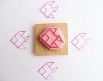 Tampon en gomme, motif poisson origami, gravé à la main