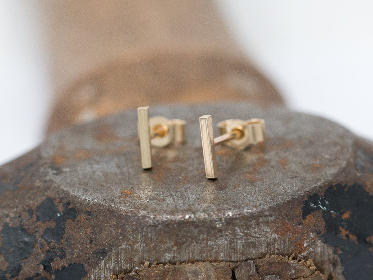 modern oro and post solid vrai stud yellow gold line products earrings minimalist studs