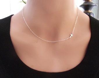 Kleine seitlich Kreuz Halskette, Sterling Silber Kreuz Halskette, Petite Kreuz, religiösen Schmuck, Celebrity inspiriert