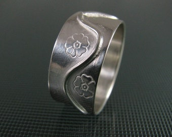 Flower Stamped Wave Ring