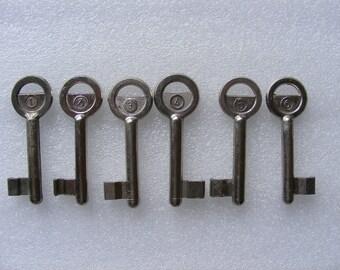 Lot 6 old vintage keys