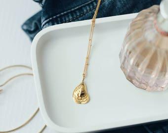 Collier avec chaîne satellite gold-fill et pendentif coquille en gold-fill