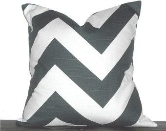 """18"""" chevron Zig Zag almohada - 18 x 18 pulgadas Chevron funda de almohada - carbón de leña gris y blanco"""