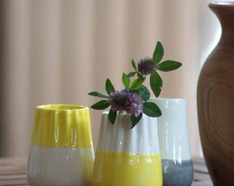 Petit vase plissé en faience - blanc & jaune