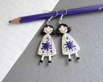 Bijou maîtresse, boucles d'oreilles pour les maîtresses, Poupées en robe blanche quadrillée et tache de peinture violet, pâte polymère fimo