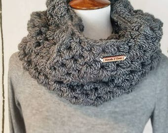 Piper Cowl.CHARCOAL GRAY Cowl//Puff Stitched Cowl//Bulky Yarn//Ready to Ship//Crochet Cowl