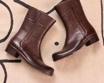 womens size 8 vintage rain boots . shearling lined rubber boots, 1960s 70s waterproof mid height boots . red ish brown