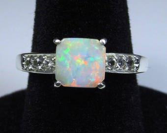 Weisser Opal weiß Silber Saphir Akzent Verlobungsring.