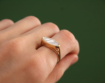 Vintage Shell Ring US Size 6.5 / 7  [Vintage Ring Costume Jewelry Gift Wedding Bride White Opalescent Color] No 14 /U 54/ 17mm