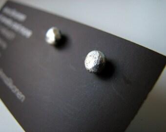 Titanium/niobium earrings silver pebbles