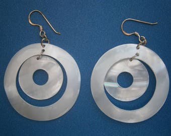 AR607) A lovely pair of white natural round disc mop shell earrings 925 sterling silver hooks.