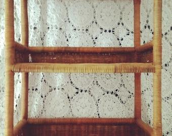 étagère ancienne en rotin à décor de perroquet