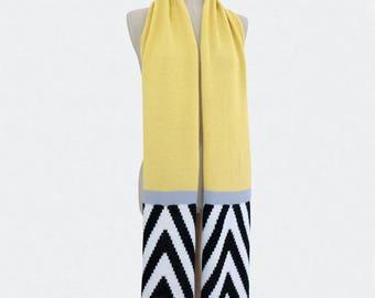 Graphic knitted scarf, herringbone pattern