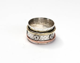 Dual coloured spinning ring with swirly patterns