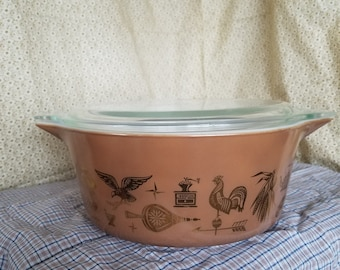 Pyrex Early American 21/2 quart casserole dish
