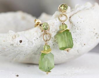 Raw Peridot Earrings - Raw Stone Jewellery - Drop Earrings Gold - August Birthstone Jewelry - Green Stone Earrings - Peridot Jewelry